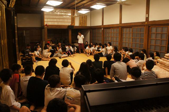 毎夏、浄福寺にて受験生対象に開催する「ど根性合宿」。岩田さんが法話をしたこともありましたが、「生徒が自分を深められるかどうか」を重視。塾の卒業生に受験の経験談などを語ってもらうそう