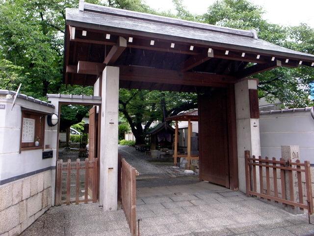 光傳寺門前にて。門左側には、境内社・淡島明神にいつでもお参りできる窓が設けられています。女人守護のお社です
