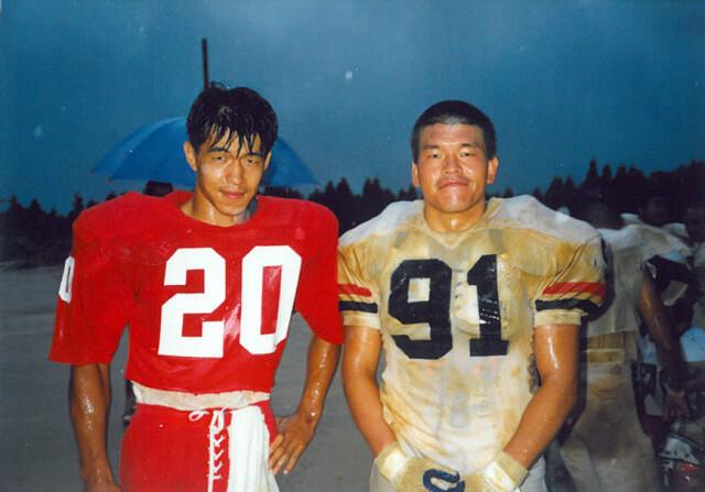 神戸大学アメリカンフットボール部時代の国子さん(左)。ポジションはWR(Wide Reciever)だったそう