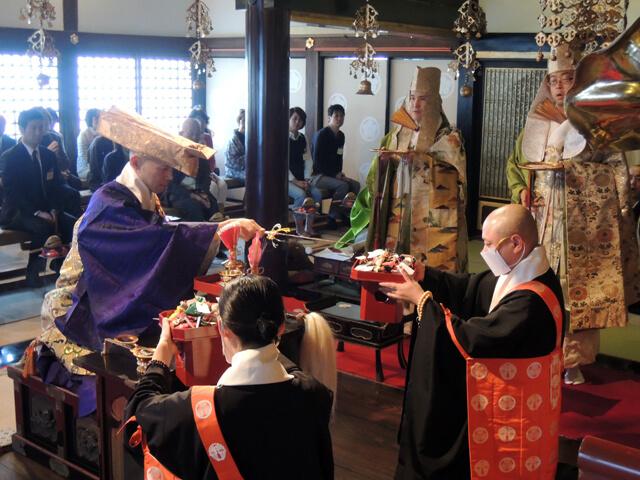 こちらは仏さまにお香を献じる「献香法要」を勤められる国子さん(左)。美しい姿勢がとても印象的です