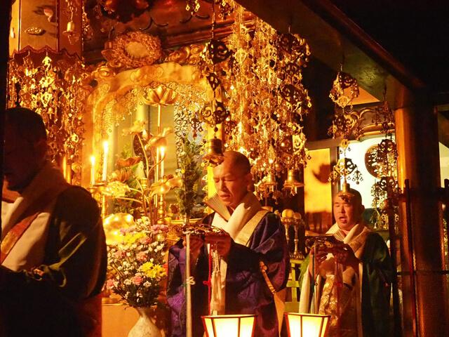 下寺町の寺院の青年僧侶の集まり「三帰会」で、国子さんは2年間会長を務められました。仏さまに灯りを献じる「献灯法要」にて