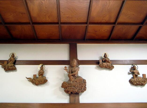 本堂の壁には宇治平等院鳳凰堂の雲中供養菩薩像を模した木像が。これも先代住職のアイデアです