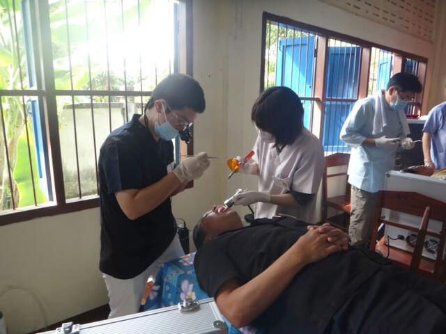 2012年、熱心な仏教国・ラオスにて歯科ボランティアにとして、無料で歯科治療できるフリークリニックに参加。小学校の倉庫を借りて、長テーブルの上で患者さんに寝てもらって治療したそうです