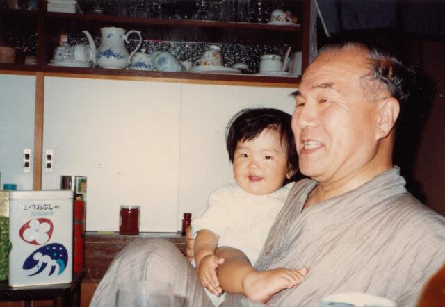 子どもの頃の大島さん。先代住職だったお祖父さまと一緒に。