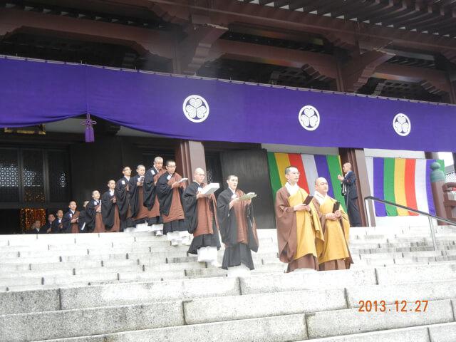 増上寺にて、修行中の大島さん。