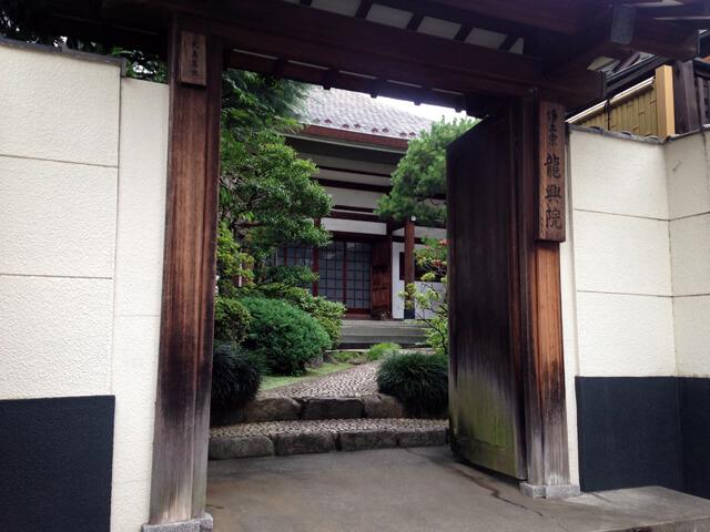 龍興院の門前にて。境内はきれいに整えられていて心の背筋がすっと伸びます。