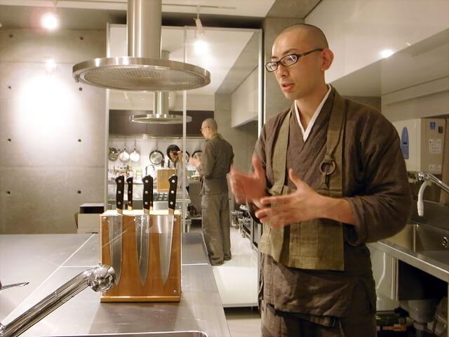典座寮での経験を生かして、普門寺で精進料理教室を開催。吉村さんご愛用の包丁を見せていただきました。
